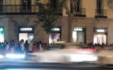La Vogue Fashion Night Out a las puertas de Loewe en la calle Serrano, Madrid
