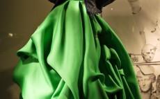 Vestido de Oscar de la Renta expuesto en un escaparate de Bergdorf Goodman junto a una cazadora de Balenciaga