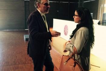 Juan Gratacós hablando con una participante de las IX Jornadas del Museo del Traje