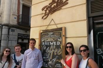 José María, Ryan, Chloe y Silvia enfrente a Bicicleta Bar