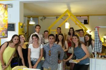 Foto de grupo en Peseta, en el barrio Conde Duque