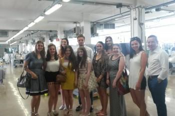 """El grupo de alumnos """"cuffs"""" del curso de verano FRS 2015 en la planta de producción de Mirto, Madrid"""