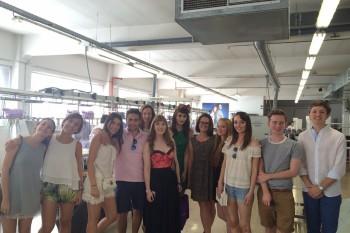 """El grupo de alumnos """"sleeves"""" del curso de verano FRS 2015 en la planta de producción de Mirto, Madrid"""