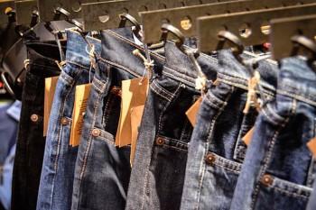 Jeans con etiqueta.