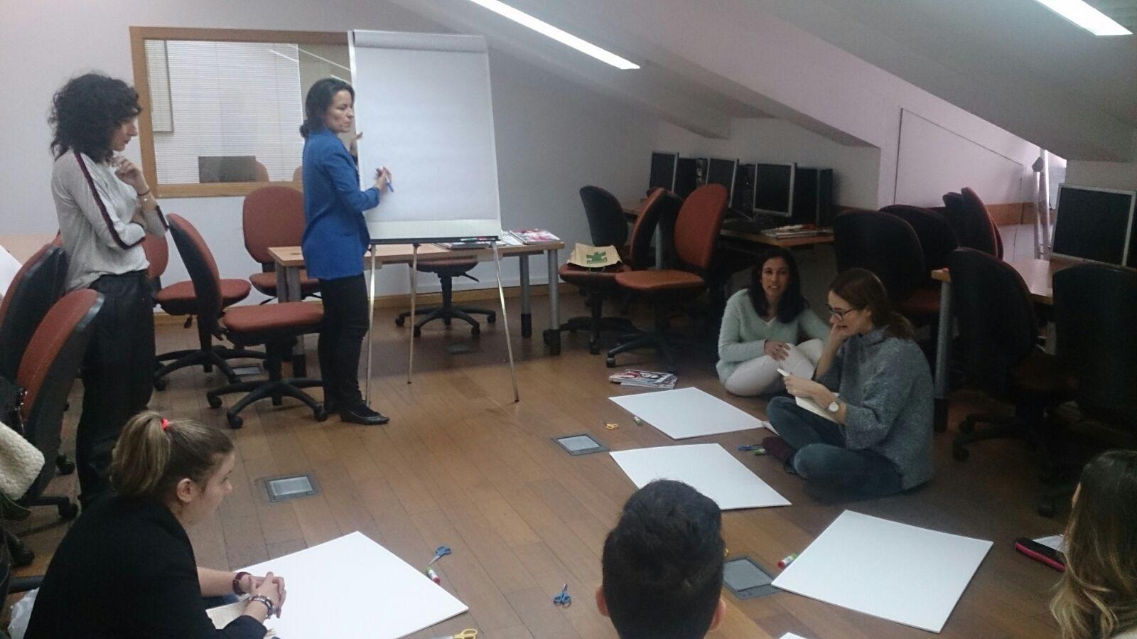 """La profesora Susana Patiño, experta en coolhunting y análisis de tendencias dictando la clase """"De la investigación creativa al desarrollo del proyecto""""."""