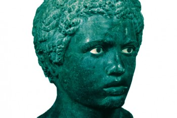 Cabeza de joven Nubio en mármol.