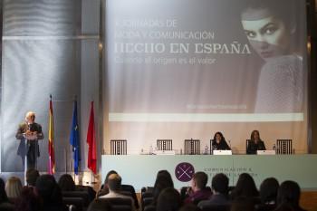 Carlos Espinosa de los Monteros de Moda España, Elena López del Hierro del Museo del Traje y Paloma Diaz Soloaga, en la sesión inaugural de las X Jornadas Moda y Comunicación. Foto: Carlos de la Osa.