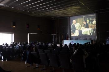 Asistentes en las X Jornadas Moda y Comunicación en un descanso con la proyección del fashion film Reincarnation de Chanel. Foto: Carlos de la Osa.