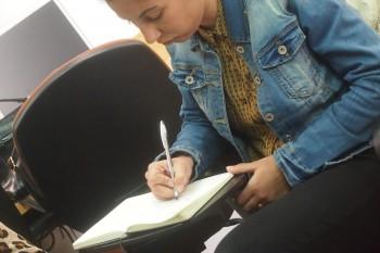 Alumna durante la clase de modelo de negocio