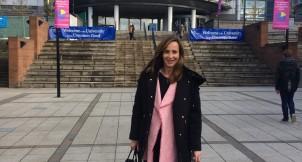 Paloma Diaz Soloaga frente a la sede de Glasgow Caledonian University, Escocia. Foto: CGModa.