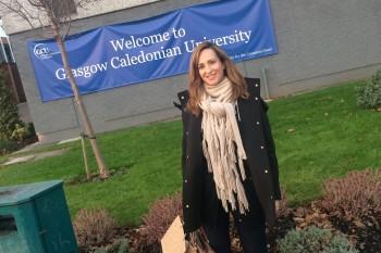 Paloma Diaz Soloaga, frente a la sede de Glasgow Caledonian University, Escocia.