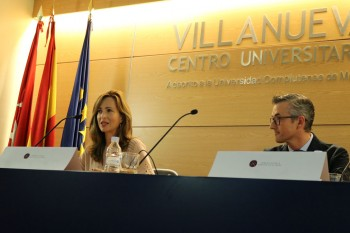 Paloma Diaz Soloaga presentando al ponente