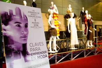 Gráfica de la jornada, al fondo la Exposición de vestidos de Carmen Lomana