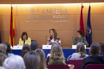 Charo Izquiero, Paloma Díaz Soloaga y Pilar Miguel en el acto de graduación