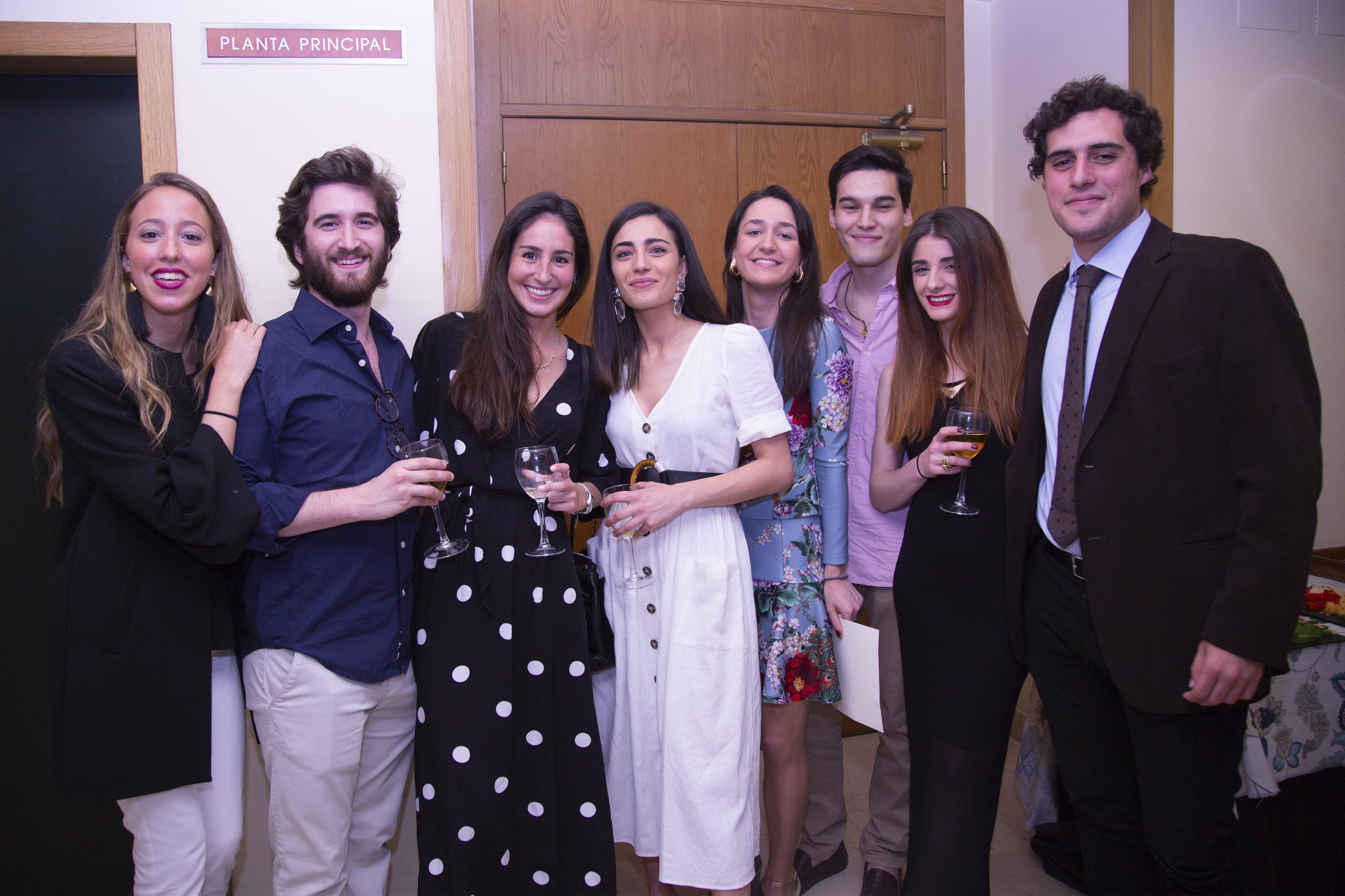 Familiares de los alumnos durante el cocktail