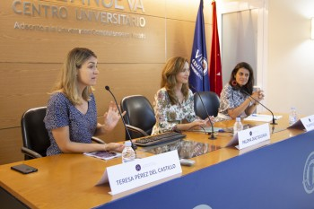 Teresa, Paloma y Pilar durante la presentación del curso