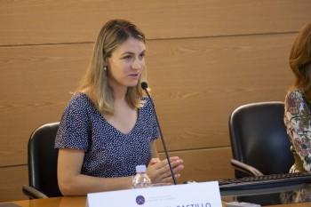 Teresa dando la bienvenida a los estudiantes internacionales
