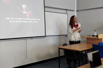 Paloma Díaz Soloaga impartiendo clase en Glasgow Caledonian University