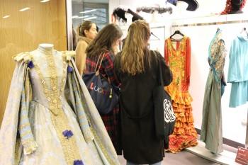 Alumnos de CGM viendo vestidos de grandes producciones cinematográficas