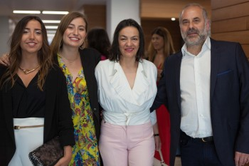 María Cara y Elena Martínez junto a sus familiares