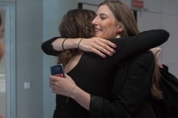 Fátima Caro junto a una de sus compañeras de promoción
