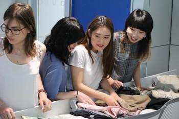 Alumnas coreanas en la sesión práctica de Visual Merchandasing