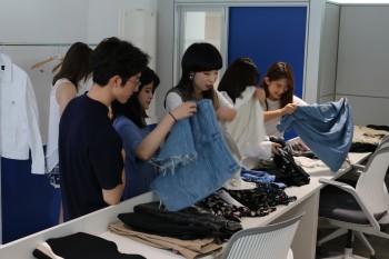 Alumnos en la sesión práctica de Visual Merchandasing