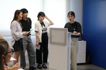 Estudiantes coreanas de FRS presentando el proyecto final