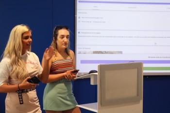 Estudiantes de FRS presentando su proyecto final