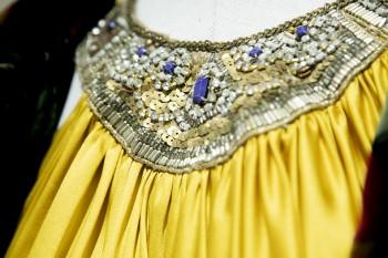 """Detalle del vestido de fiesta de la serie """"Velvet""""."""