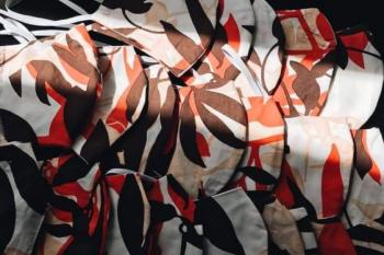 Mascarillas hechas por jóvenes diseñadores, estudiantes de moda, con el tejido donado por Gratacós