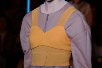 Desfile de Masha Ma con mascarilla en la colección Ready to Wear SS/2015 en París