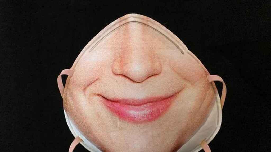 Mascarilla de la diseñadora Danielle Baskin con fotografía impresa para el reconocimiento facial.