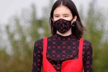 Desfile de la firma Gucci con mascarilla a juego del diseño